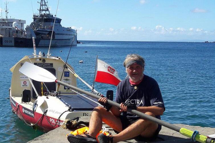 Romuald Koperski zaraz po przybiciu do brzegów Tobago. Obok podróżnika - łódź wiosłowa PIANISTA