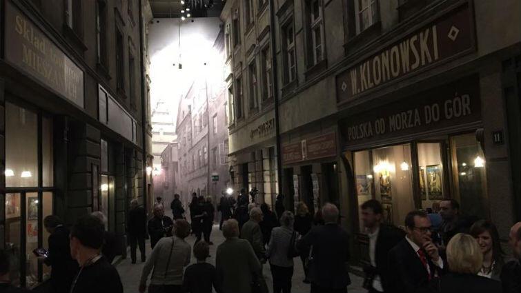 Polska uliczka tuż przed wojną. Polska jest pokazana w kontrapunkcie do III Rzeszy i ZSRR jako kraj demokratyczny