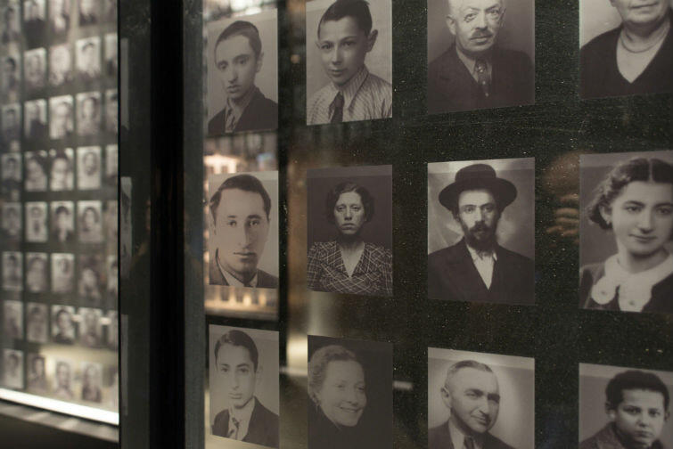 Zdjęcia tysięcy Żydów - kobiet, dzieci, mężczyzn - którzy zginęli w Holokauście