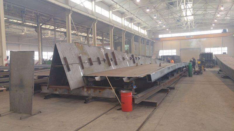 Część konstrukcji wykonywana jest w Zawierciu, w halach produkcyjnych głównego wykonawcy gdańskiej kładki