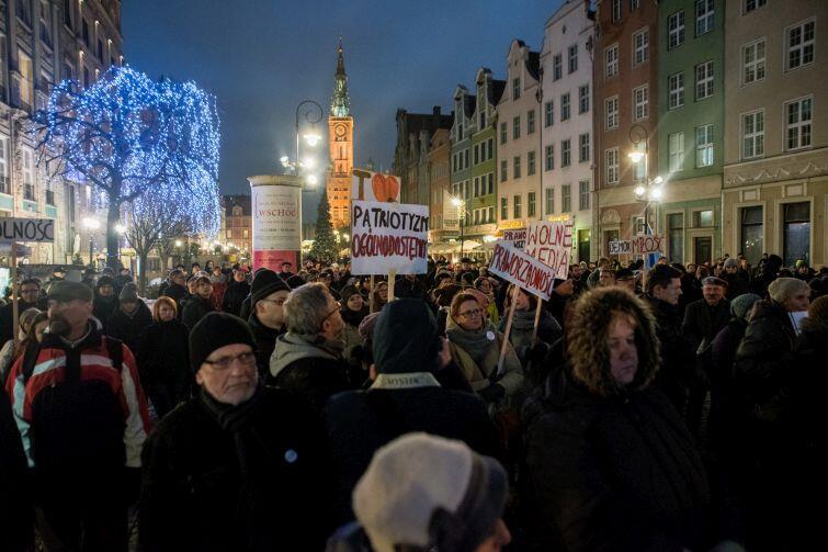 Kilkaset osób protestowało na Długim Targu