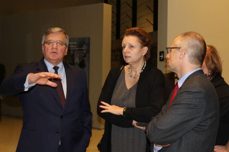 Były prezydent RP Bronisław Komorowski w MIIWŚ. Obok była minister kultury Małgorzata Omilanowska i dyrektor MIIWŚ Paweł Machcewicz