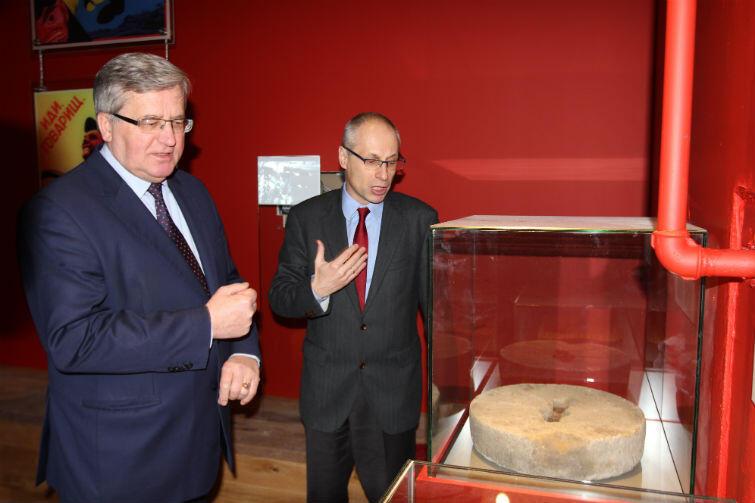 Prof. Machcewicz pokazuje Komorowskiemu gablotę z żarnami z ukraińskiej wsi. Ta sala jest poświęcona sowieckiemu terrorowi na ziemiach okupowanych przez ZSRR