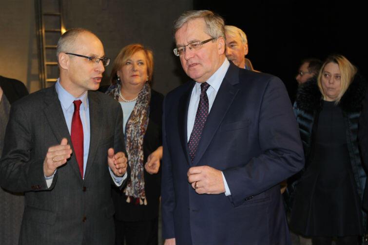 Bronisławowi Komorowskiemu w zwiedzaniu ekspozycji towarzyszyła żona Anna Komorowska (w środku)