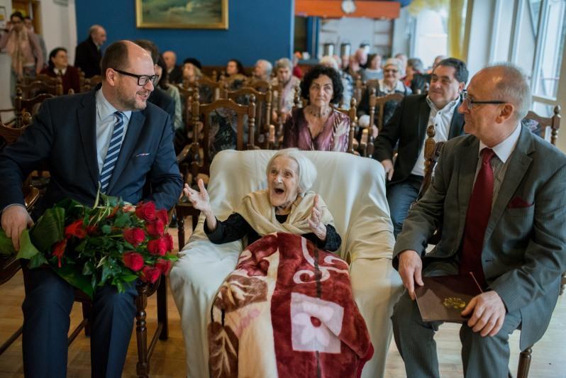 Prezydent Gdańska Paweł Adamowicz złożył jubilatce życzenia i wręczył kwiaty. Pani Helena odwdzięczyła się wspaniałym uśmiechem i pogodą ducha