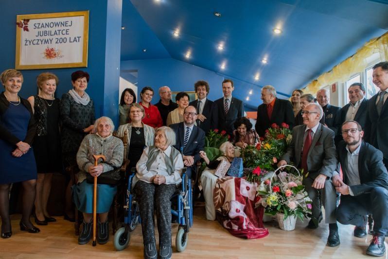 Na zdjęciu goście, którzy przybyli świętować urodziny pani Heleny. Pojawiły się także ubiegłoroczne stulatki: panie Elwira Bielewicz i Stanisława Opalińska