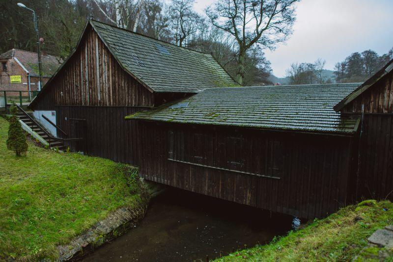 Pomiędzy budynkami kuźni przepływa Potok Oliwski. To on jest główną przyczyną częstego zalewania obiektu