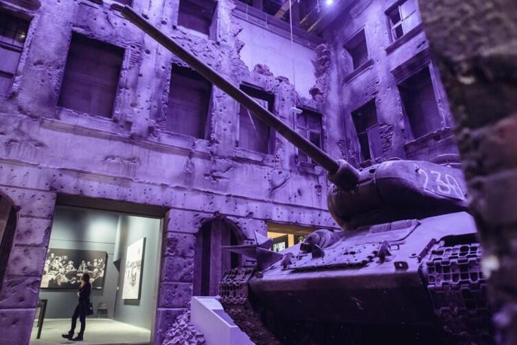 Radziecki czołg na gruzach polskiego miasta w MIIWŚ. Sala poświęcona konsekwencjom wojny