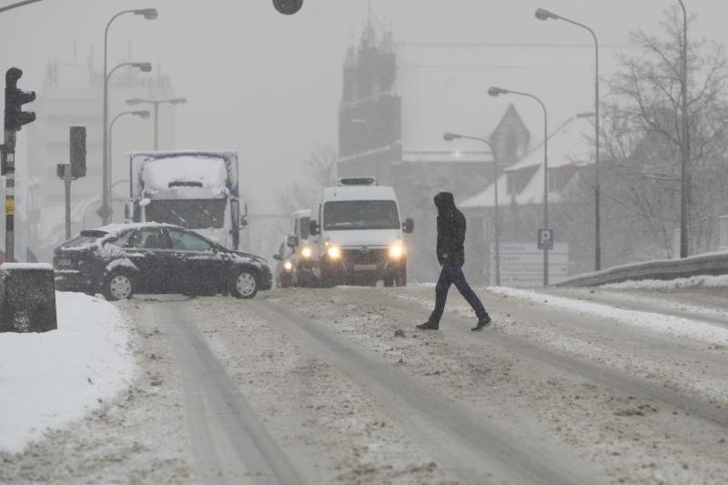 Opady śniegu na środę, 8 lutego, przewidywane są do godzin nocnych. Nie powinno być jednak tak ciężko, jak podczas śnieżycy w połowie stycznia