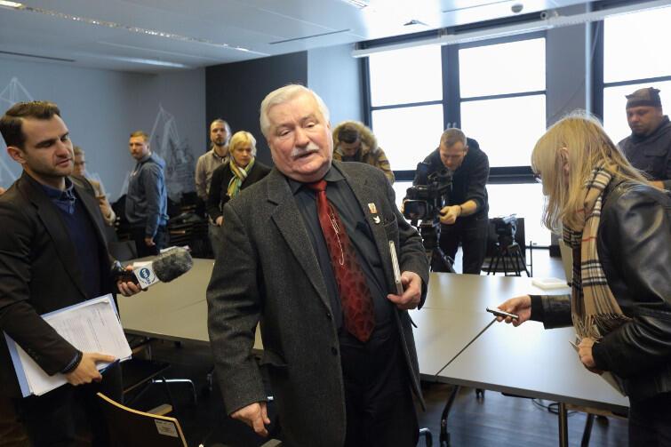 Lech Wałęsa w otoczeniu dziennikarzy po konferencji prasowej w ECS, 7 lutego 2017