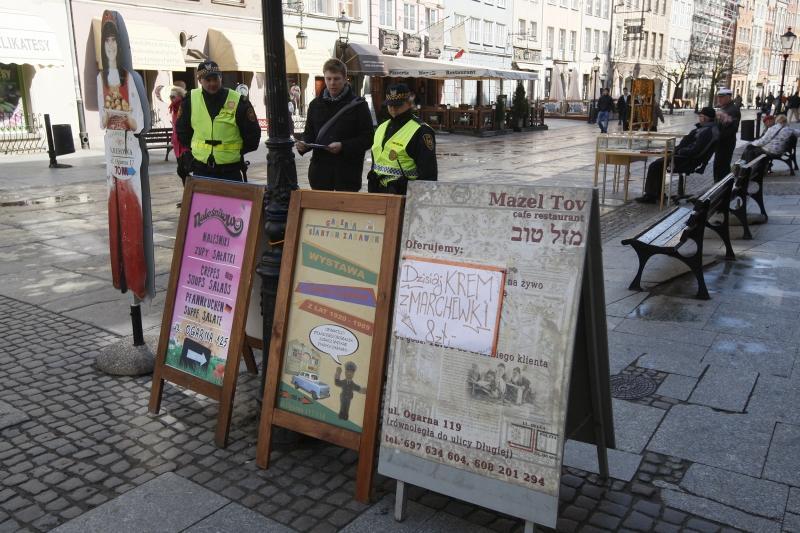Reklamy - koziołki na ul. Długiej, zdjęcie z patrolu Straży Miejskiej kontrolującego legalność reklam, rok 2012.