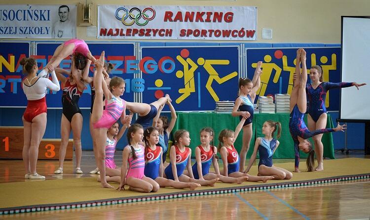Pokaz gimnastyczek zachwycił zebranych gości i laureatów