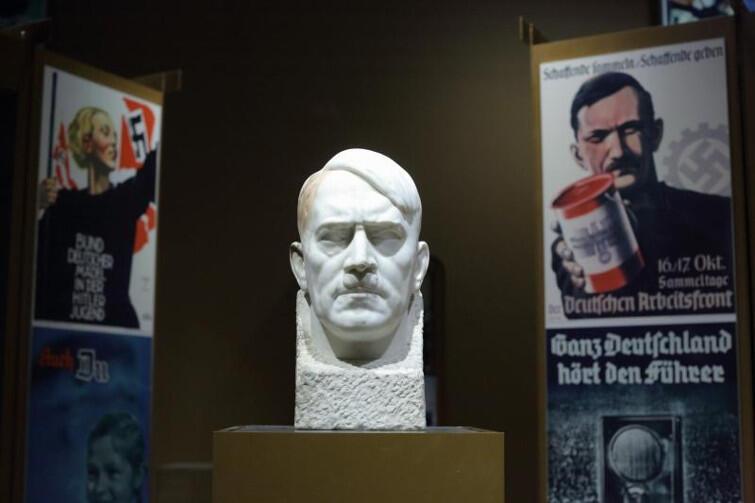 Głowa Adolfa Hitlera autorstwa Josefa Thoraka stoi dziś na wystawie głównej w MIIWŚ