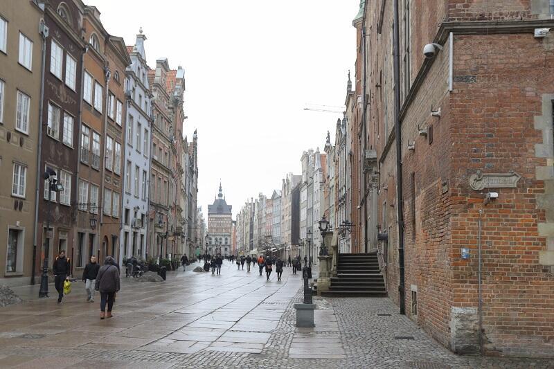 Latarnia smolna zawiśnie ok. metr poniżej kamery na Ratuszu Głównego Miasta Gdańska