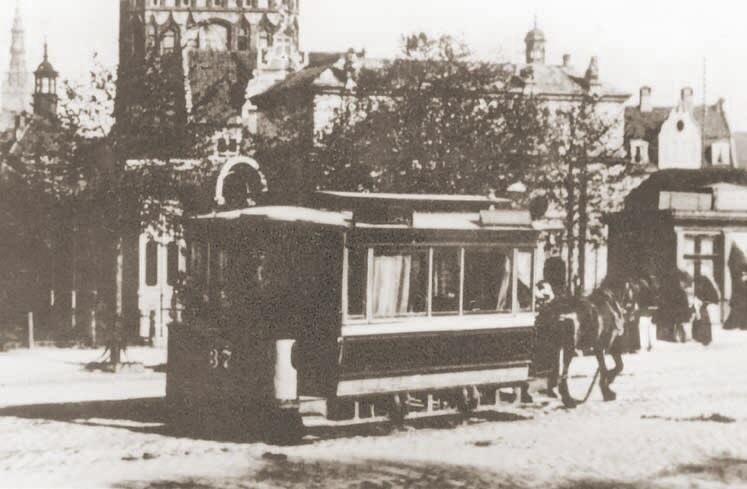 Tramwaj na Targu Siennym jadący w kierunku przejazdu do Bramy Wyżynnej; ok. 1890