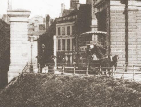 Piętrowy tramwaj wyjeżdża z Głównego Miasta przejazdem obok Bramy Wyżynnej, który powstał po usunięciu fragmentu wałów; ok. 1885