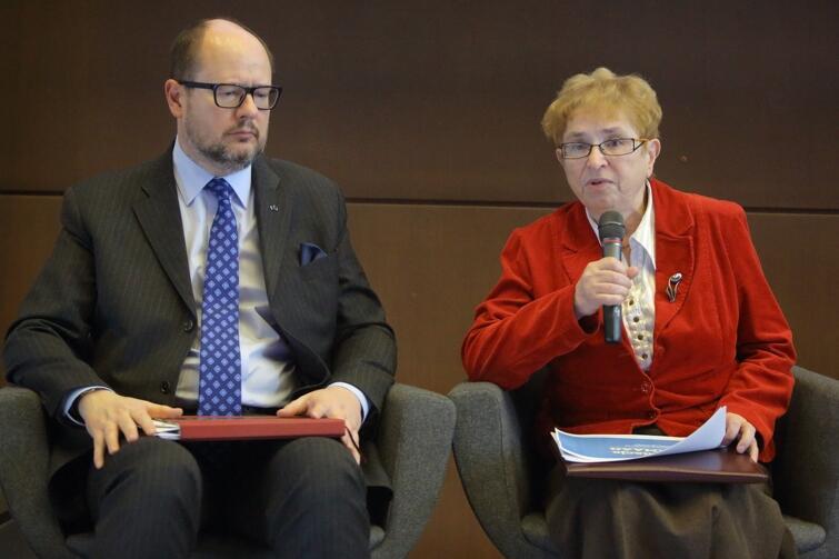 Paweł Adamowicz - prezydent Gdańska oraz Krystyna Szymańska - dyrektor fundacji Agencja Monitoringu Regionalnego Atmosfery Aglomeracji Gdańskiej podczas poniedziałkowej konferencji