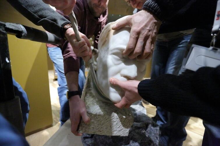 Był gipsowy odlew, jakich wiele. Teraz Muzeum II Wojny Światowej ustawiło na wystawie marmurową głowę Adolfa Hitlera z 1942 roku autorstwa Josefa Thoraka, nadwornego rzeźbiarza III Rzeszy. To doskonały przykład sztuki wykonanej na użytek propagandy