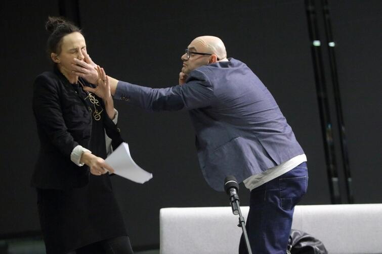 Anna Kociarz i Robert Niukiewicz są aktorami Teatru Wybrzeże, od czasu do czasu odgrywają małżeństwo. Tak było w sztuce performatywnej 'Kłopoty małżeńskie' Macieja Konopińskiego, przygotowanej na Międzynarodowy Tydzień Małżeństwa