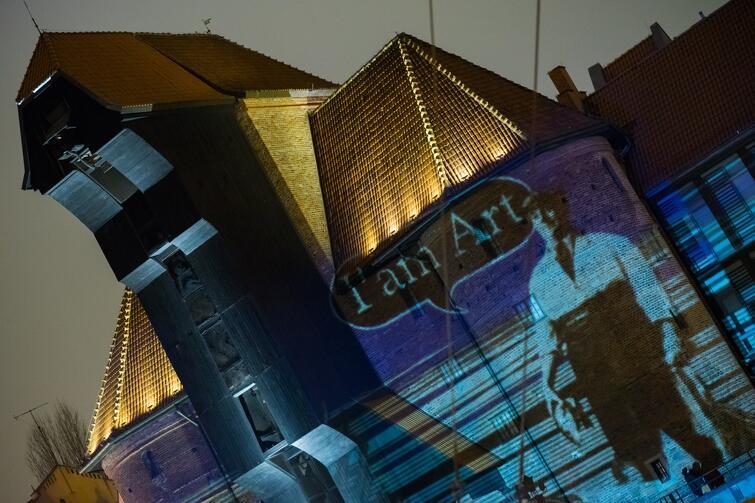 Gdański artysta Robert Sochacki na trzy wieczory ożywił Żurawia i Sołdka - od piątku do niedzieli 3-5 lutego - dwa ważne symbole miasta były tłem dla wielkoformatowych projekcji opowiadających w obrazach historię Gdańska