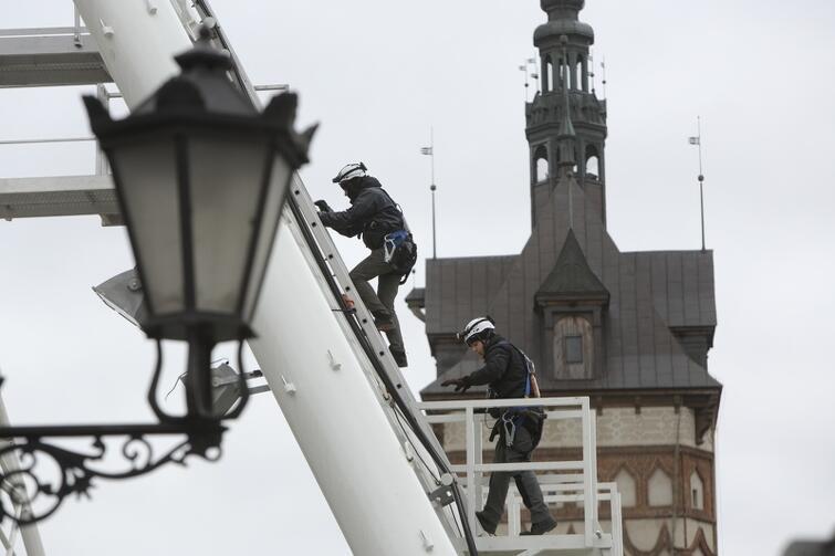 Tych, którzy nie mieli jeszcze okazji do podziwiania Gdańska z góry w niecodziennych okolicznościach uspokajamy: koło widokowe AmberSky, które przez dwa miesiące cieszyło oko na Targu Węglowym nie opuści Gdańska. Powróci do dawnej lokalizacji na Wyspę Spichrzów