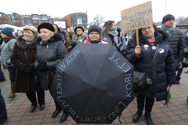 Międzynarodowy Strajk Kobiet w Gdańsku na Podwalu grodzkim zgromadził 8 marca 2017 roku kilkadziesiąt osób