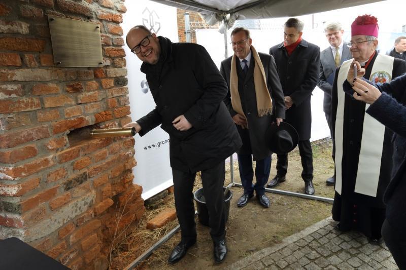 Prezydent Paweł Adamowicz podczas wmurowania aktu erekcyjnego
