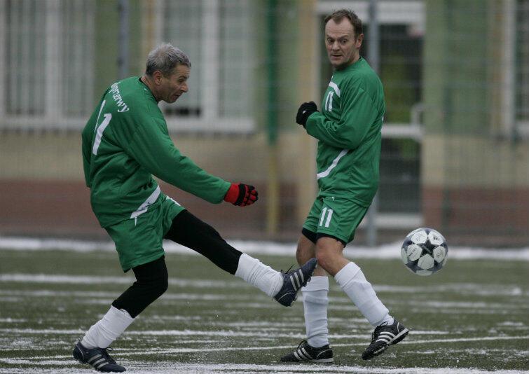 Donald Tusk i Andrzej Kowalczys podczas dorocznego meczu byłych pracowników Spółdzielni Pracy Usług Wysokościowych Gdańsk - 31 grudnia 2009 r., na boisku treningowym Lechii przy ul. Traugutta