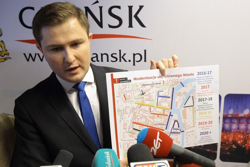 Wiceprezydent Piotr Grzelak prezentuje plan najbliższych modernizacji ulic na terenie Głównego Miasta