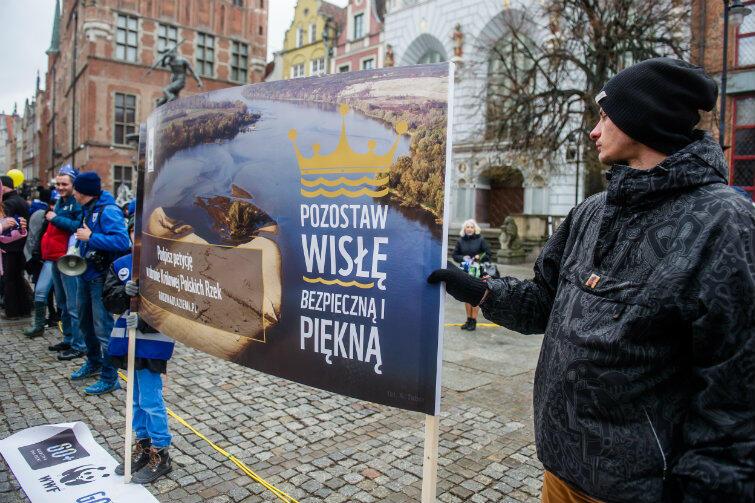 Grupa uczestników manifestacji nie była duża, ale sprawna - pod Neptunem aktywiść WWF zbierali podpisy pod apelem do premier Szydło