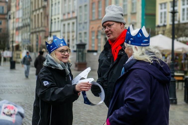 Przechodniom rozdawano papierowe korony, symbolizujące Wisłę jako królową polskich rzek