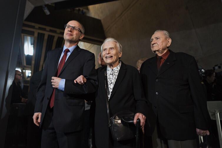 Profesor Paweł Machcewicz wprowadza Joannę Penson na właśnie otwartą wystawę MIIWŚ. Obok Andrzej Stachecki, którego ojciec został zamordowany przez Niemców w Piaśnicy na początku wojny