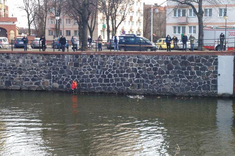 Akcja ratownicza miała sporo widzów, którzy akurat przechodzili ulicą Szopy