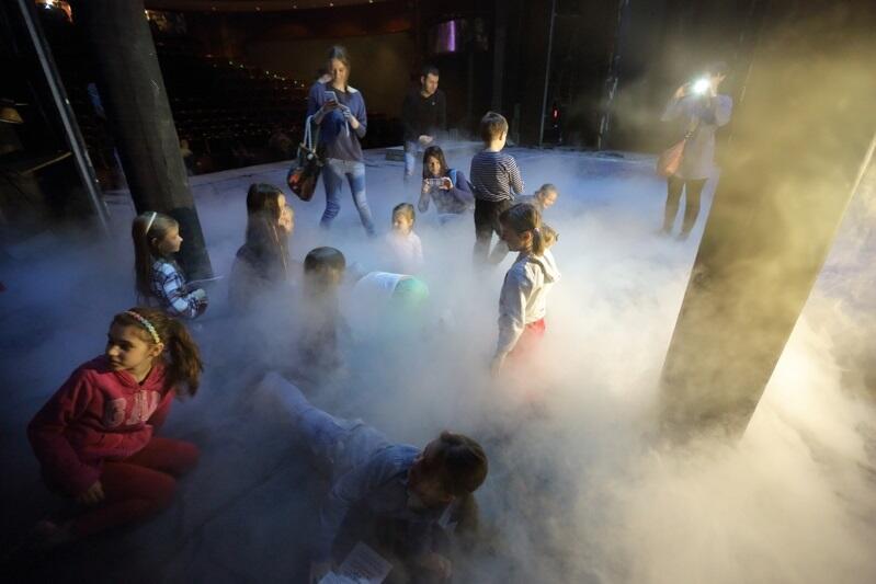 Tak dzieci bawiły się scenie Teatru Wybrzeże podczas Dni Otwartych w 2016 roku
