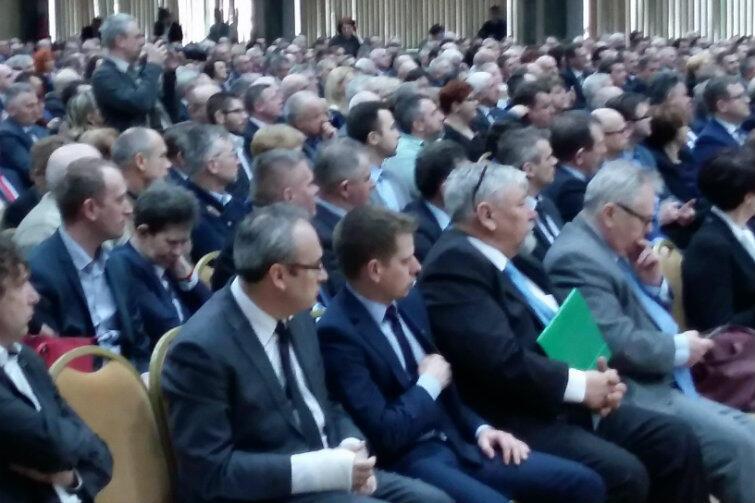 Apel prezydentów jest kolejną tego typu inicjatywą pod adresem władz państwowych. 16 marca 2017 r. około 1500 wójtów, burmistrzów, radnych i prezydentów z całej Polski utworzyło w Warszawie Samorządowy Komitet Protestacyjny