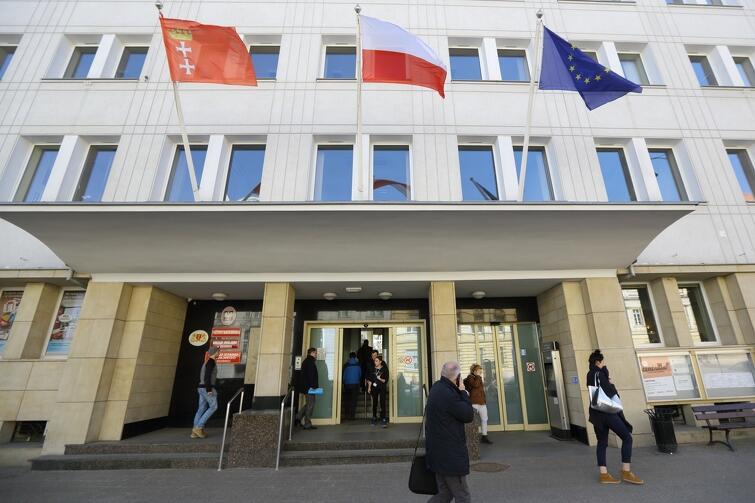 Triada flag, które każdego dnia powiewają nad wejściem do Urzędu Miejskiego w Gdańsku. Każda z nich symbolizuje ważny wymiar obywatelskiej tożsamości: bycie częścią wspólnoty gdańszczan, Polaków, Europejczyków