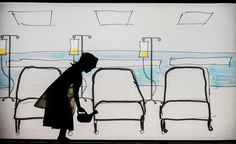 Mama Kasieńki dostaje pracę w szpitalu. Obie cierpią biedę