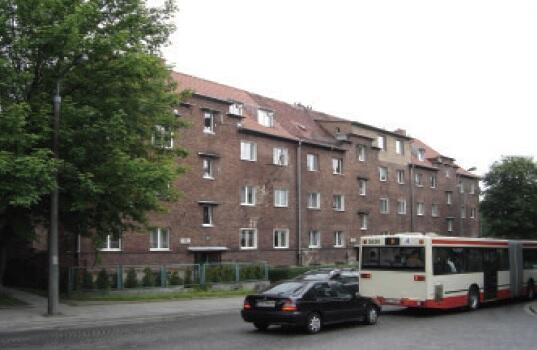 Typowa przedwojenna zabudowa przy Powstańców Warszawskich. Kamienica o numerach 12-16, 2009