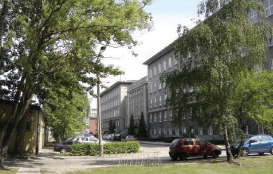 Wewnętrzna droga na terenie Politechniki Gdańskiej wzdłuż Wydziału Mechanicznego oddaje końcowy przebieg trasy tramwajowej na terenie Wrzeszcza, 2009