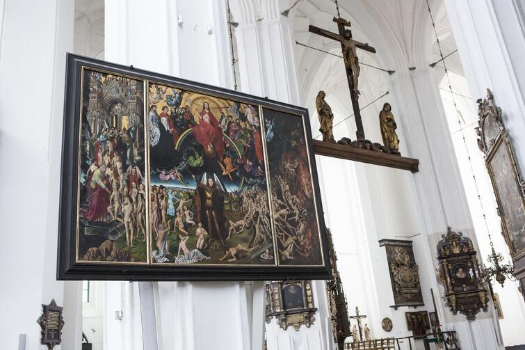 Turyści mogą teraz oglądać jedynie niezbyt precyzyjną kopię Sądu Ostatecznego, która eksponowana jest w Bazylice Mariackiej
