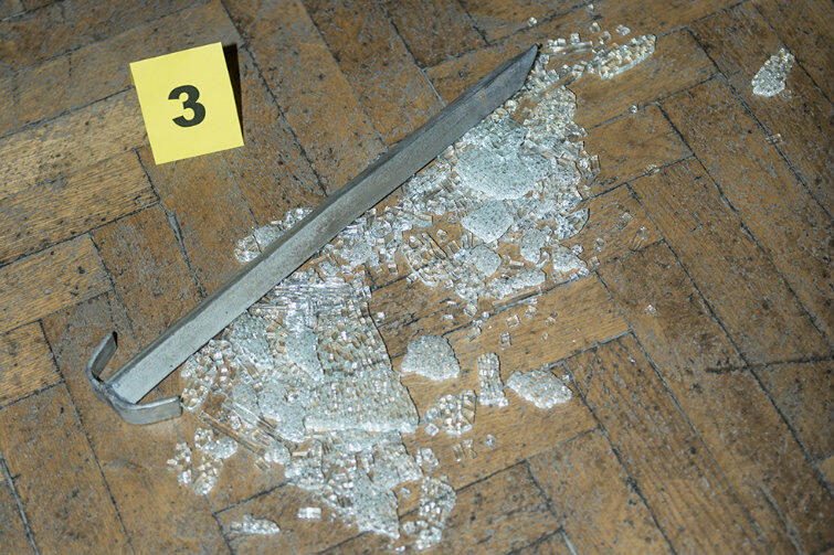 Na perkiecie leżało też coś w rodzaju niewielkiego przecinaka. Czy właśnie przy pomocy tych narzędzi sprawcy sforsowali rzekomo pancerną gablotę ochronną?