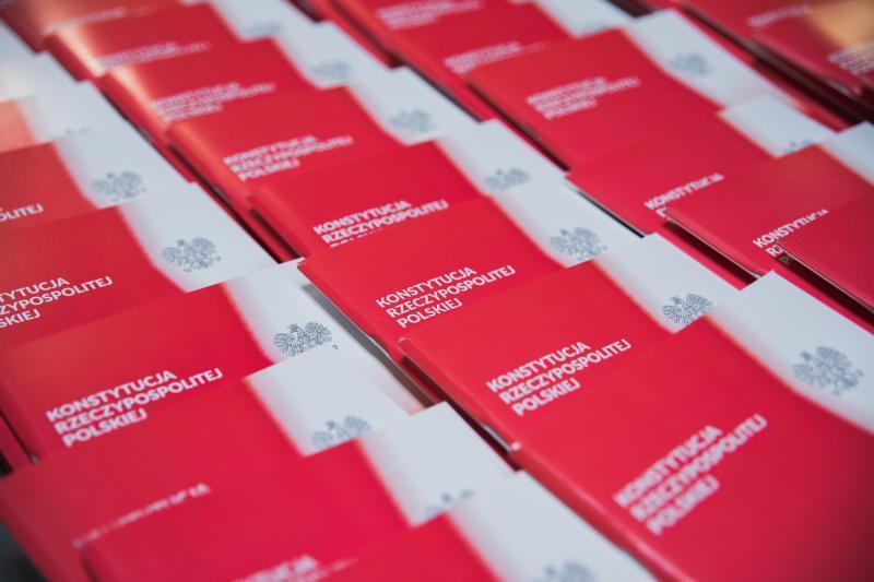 2500 takich właśnie pamiątkowych egzemplarzy Konstytucji RP prezydent Gdańska polecił wydrukować na 20-lecie. W niedzielne południe będą rozdawane na Długim Targu, pod Dworem Artusa