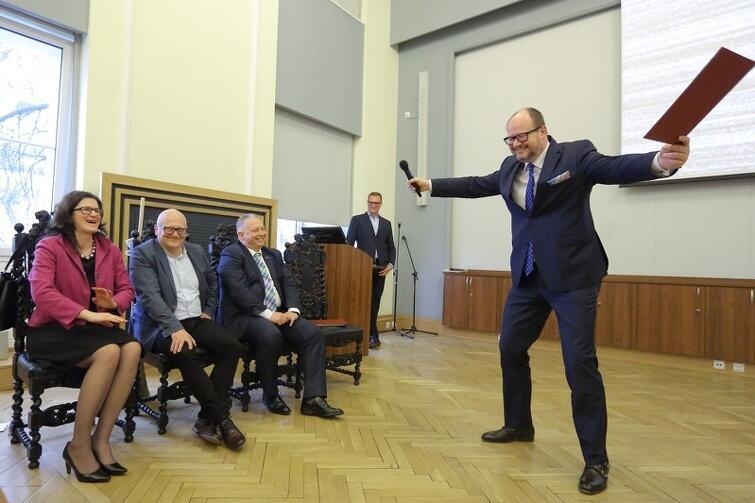 Andrzej Bojanowski nie jest już zastępcą prezydenta Gdańska. Prezydent Paweł Adamowicz dziękował swojemu długoletniemu współpracownikowi, nawiązując do jego sportowych doświadczeń: - Dziękuję ci Andrzej, w imieniu swoim, i w imieniu całej drużyny! Jak to piłkarz ręczny, którym był (…) krążył po polu przeciwnika, chwytał każdą okazję, każdą piłkę, żeby wykonać rzut na bramkę. Czy był skuteczny? Popatrzcie na tablicę wyników...