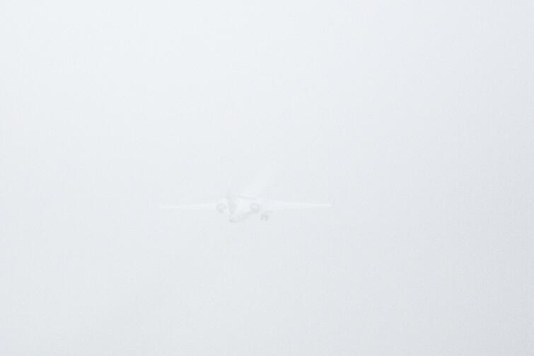 Poniedziałek, 6 marca, w Gdańsku mgła. Port Lotniczy Gdańsk im. Lecha Wałęsy. Samolot D-ACNW - Bombardier CRJ-900LR