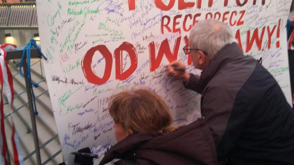 Zebrani składali podpisy w proteście przeciwko działaniom ministra Glińskiego