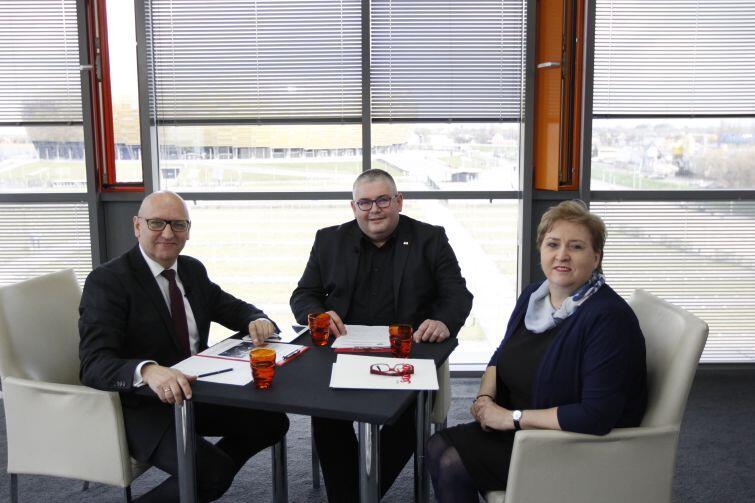 od lewej: dziennikarz Gdańsk.pl Marek Wałuszko, zastępca prezydenta Gdańska Piotr Kowalczuk i Bożena Brauer z NSZZ Solidarność