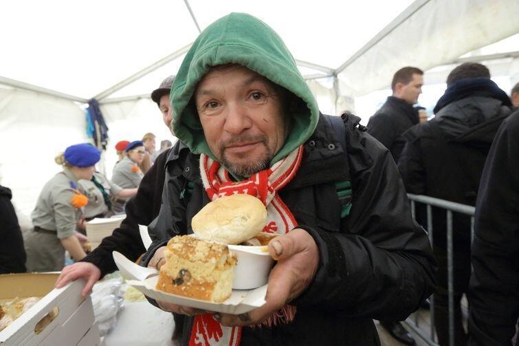Bezdomni i głodni naprawdę mogli najeść się do syta. Na ich twarzach pojawiło się coś, co mogło być uśmiechem