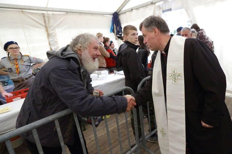 Ks. Ireneusz Bradtke wita się z jednym z uczestników uczty