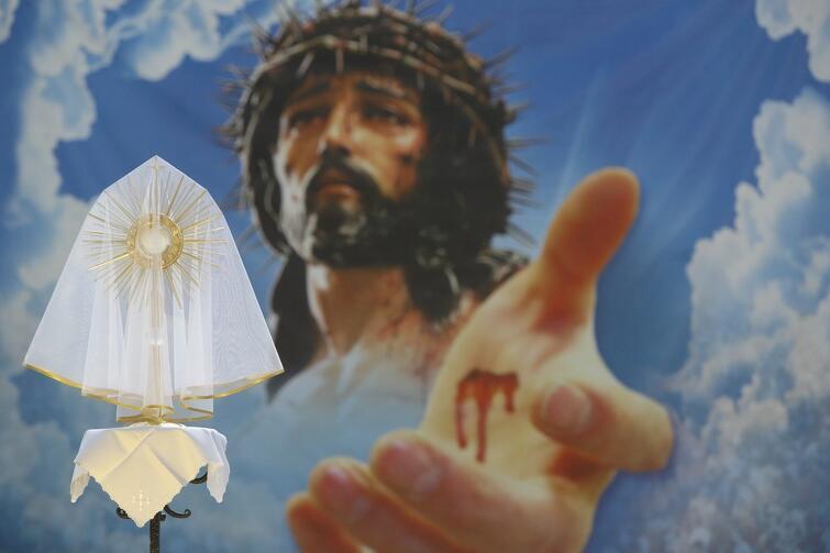Bazylika Mariacka. Monstrancja stoi kilka metrów przed fototapetą z wizerunkiem Jezusa, ale wrażenie jest takie, jakby Chrystus po nią sięgał. Efekt przestrzenny został wzmocniony na zdjęciu za sprawą obiektywu 200 mm