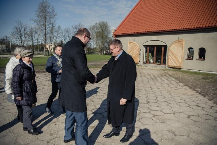 Spacerowicze zajrzeli m.in. na teren Dworu Olszynka. Na miejscu powitał ich pastor Marian Biernacki